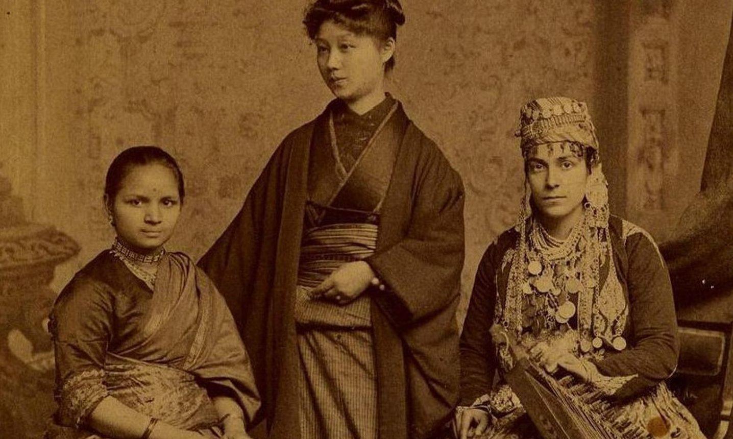Woman's Medical College of Pennsylvania, 1885: - Dr. Anandabai Joshee, Seranisore, Indien. - Dr. Kai Okami, Tokio, Japan. - Dr. Tabat M. Islambooly, Damascus, Syrien. Alle drei absolvierten ihre medizinische Ausbildung und jede von ihnen wurde damit die erste Frau aus ihren jeweiligen Ländern, die einen Abschluss in der westlichen Medizin erwarb (Fotografie aus der Sammlung